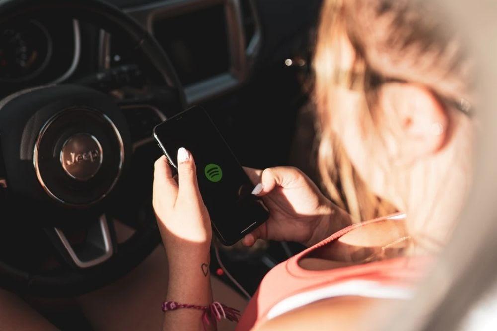 woman using Spotify app - Wavve.co